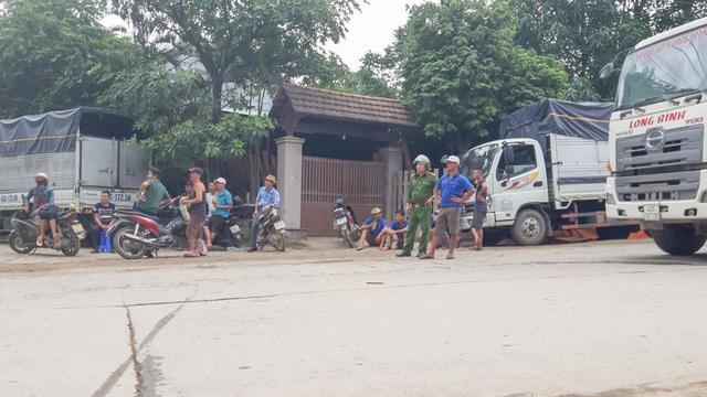 Người dân lập rào chặn xe chở đất đá gây ô nhiễm - 1