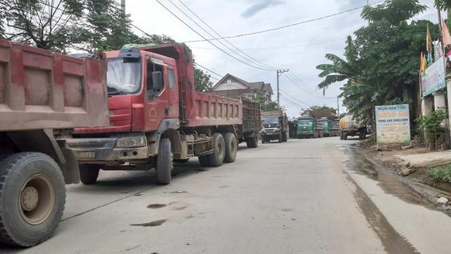 Người dân lập rào chặn xe chở đất đá gây ô nhiễm - 2