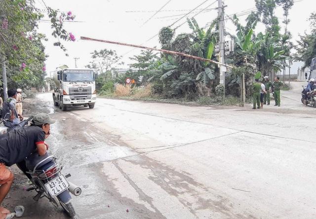 Người dân lập rào chặn xe chở đất đá gây ô nhiễm - 3
