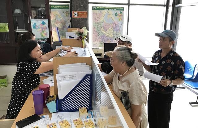 Hàng ngàn người dân Thủ đô tấp nập làm thẻ xe buýt miễn phí - 9