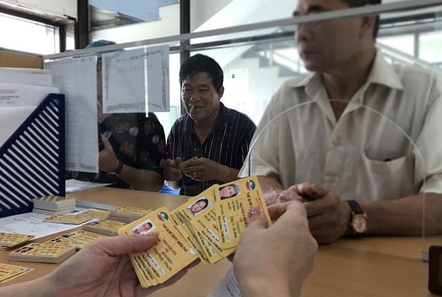 Hàng ngàn người dân Thủ đô tấp nập làm thẻ xe buýt miễn phí - 10