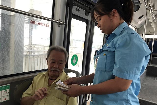 Hàng ngàn người dân Thủ đô tấp nập làm thẻ xe buýt miễn phí - 13