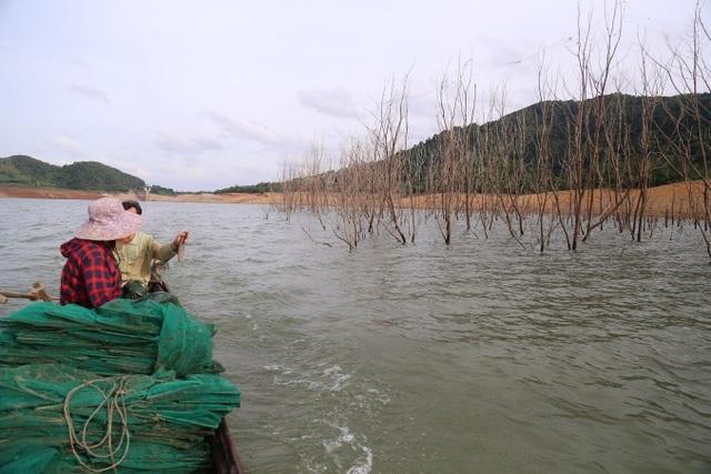 Người dân chật vật mưu sinh giữa lòng hồ thủy điện - 2