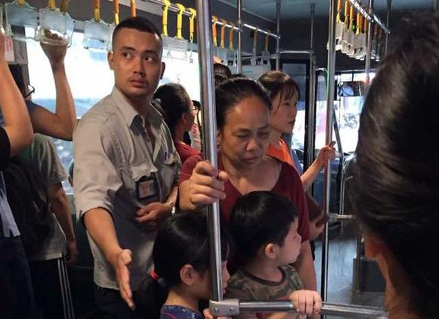 Hà Nội cấp thẻ xe buýt miễn phí cho người trên 60 tuổi - 1