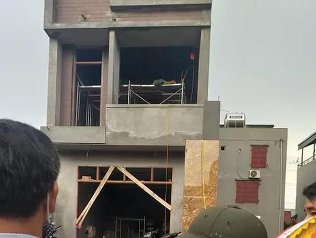 Bị điện giật khi thi công trần thạch cao, 2 người tử vong tại chỗ - 1