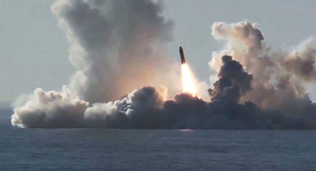 """Tàu ngầm """"quái vật biển"""" của Nga khai hỏa siêu tên lửa Bulava - 1"""