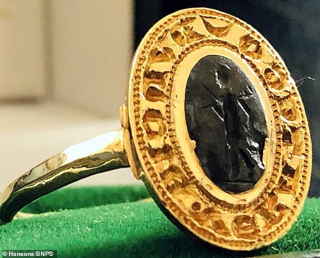 Người đàn ông tìm được chiếc nhẫn vàng cổ trị giá hơn 280 triệu đồng vì đãng trí 30 năm - 1