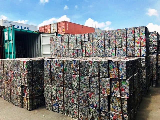 """Doanh nghiệp """"hô biến"""" 5 container phế liệu thành gốm đất nung bị phát hiện - 1"""