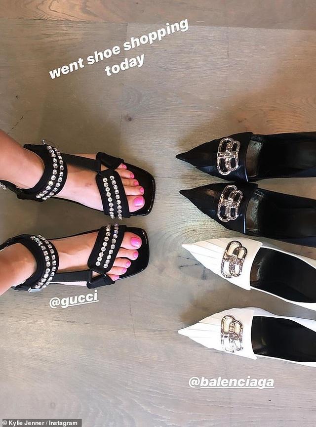 Kylie Jenner khoe tủ giày hàng hiệu - 1