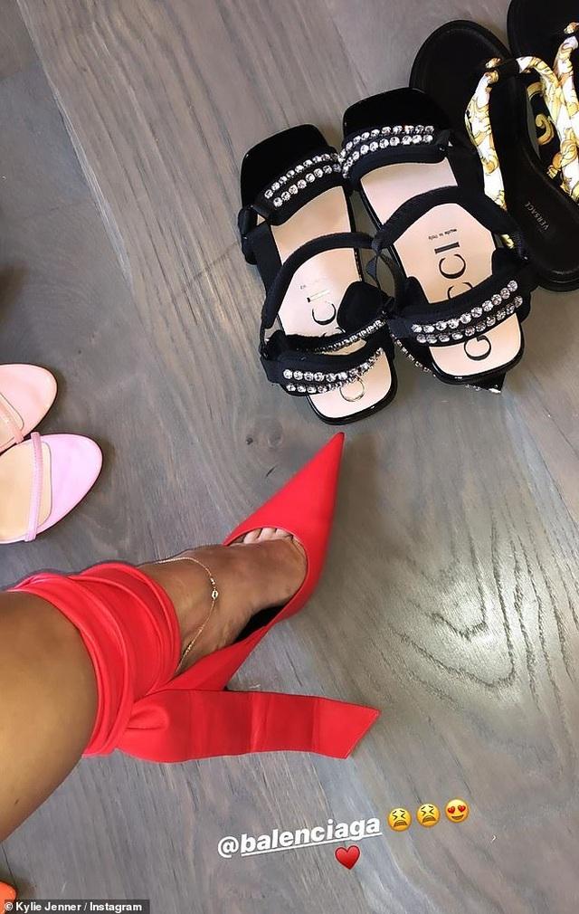 Kylie Jenner khoe tủ giày hàng hiệu - 3