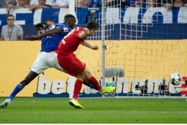Lewandowski lập hattrick, Bayern Munich vùi dập Schalke - 4