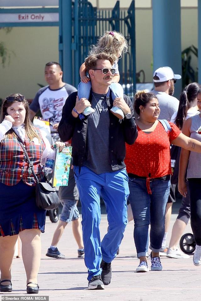 Bradley Cooper đưa con gái nhỏ đi chơi cuối tuần - 1