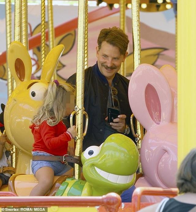 Bradley Cooper đưa con gái nhỏ đi chơi cuối tuần - 2