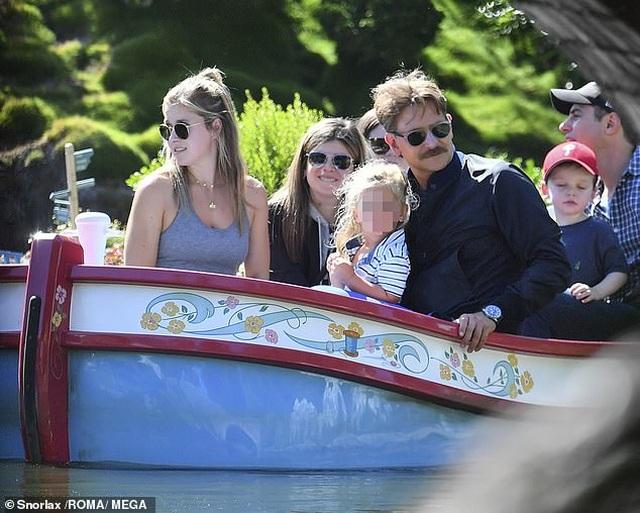 Bradley Cooper đưa con gái nhỏ đi chơi cuối tuần - 4