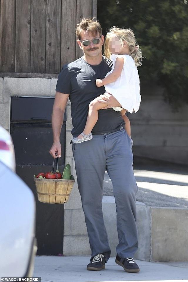 Bradley Cooper đưa con gái nhỏ đi chơi cuối tuần - 6