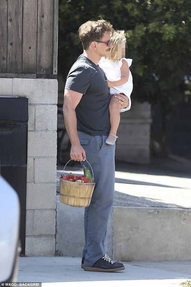 Bradley Cooper đưa con gái nhỏ đi chơi cuối tuần - 7