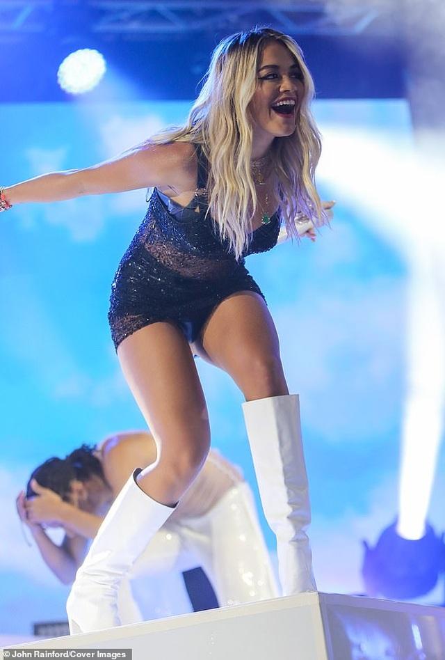 Rita Ora nhảy sôi động với váy xuyên thấu - 4