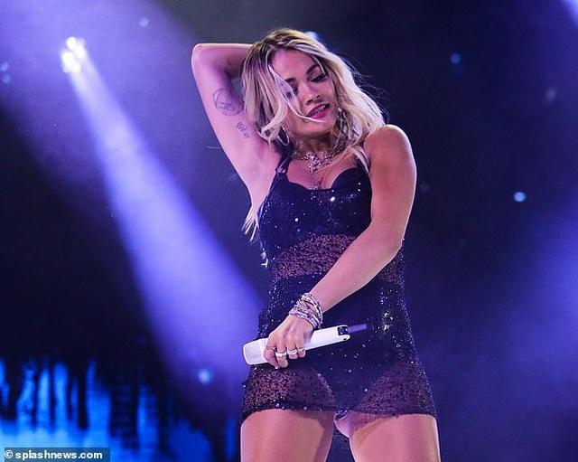Rita Ora nhảy sôi động với váy xuyên thấu - 3