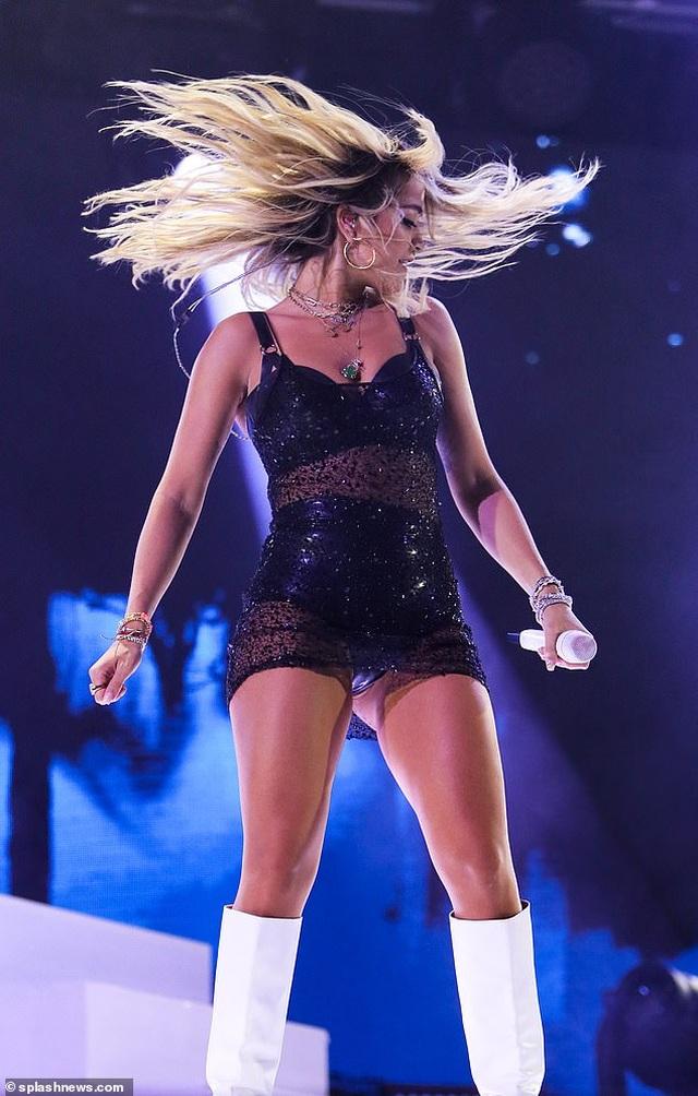 Rita Ora nhảy sôi động với váy xuyên thấu - 6