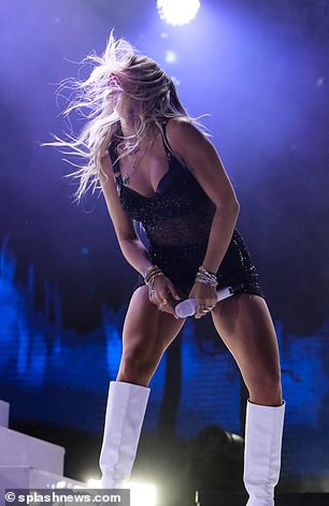 Rita Ora nhảy sôi động với váy xuyên thấu - 7