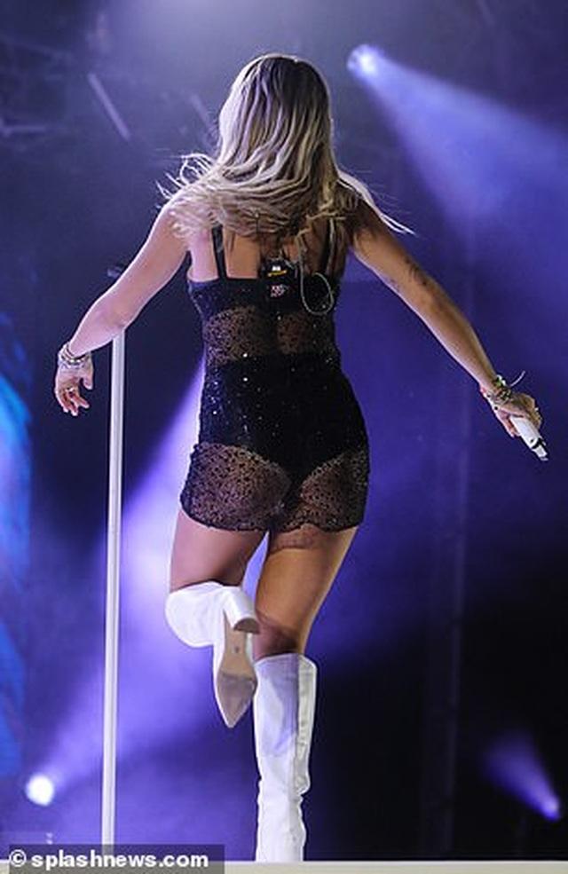 Rita Ora nhảy sôi động với váy xuyên thấu - 2
