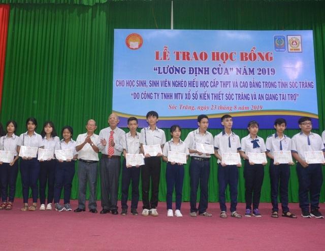 Trao học bổng Lương Định Của cho học sinh, sinh viên nghèo hiếu học - 1
