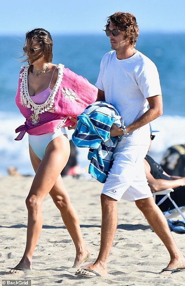 Alessandra Ambrosio tình tứ bên bạn trai người Ý - 1