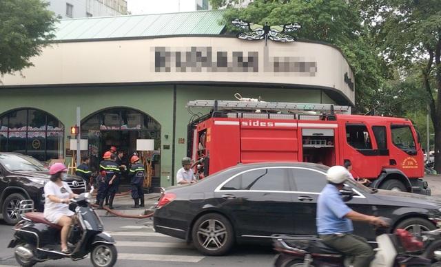 Cháy quán cà phê ở Sài Gòn, giao thông kẹt cứng giờ cao điểm - 1