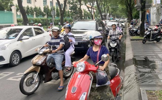 Cháy quán cà phê ở Sài Gòn, giao thông kẹt cứng giờ cao điểm - 2