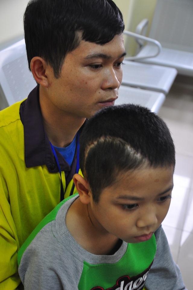 Xót thương cậu bé 9 tuổi bị u não, nhà bị bão lũ cuốn trôi - 1