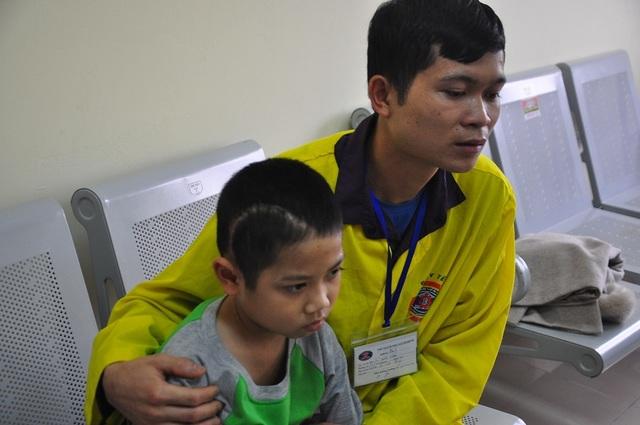 Xót thương cậu bé 9 tuổi bị u não, nhà bị bão lũ cuốn trôi - 8