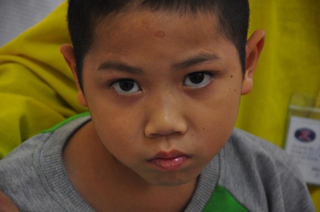 Xót thương cậu bé 9 tuổi bị u não, nhà bị bão lũ cuốn trôi - 4