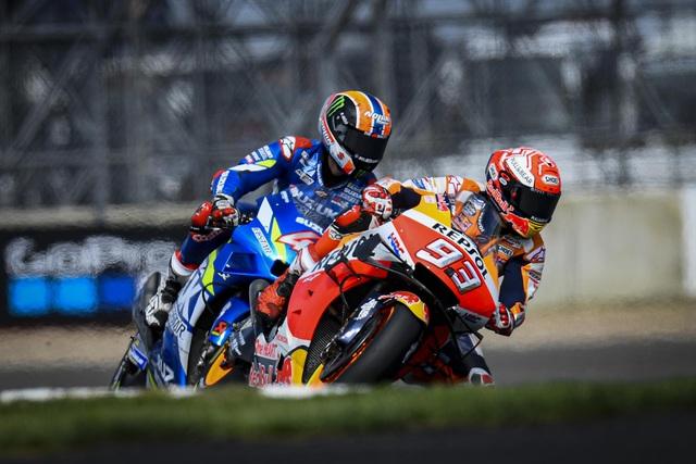 Chặng 12 MotoGP 2019: Rins thắng Marquez đầy cảm xúc ở góc cua cuối cùng - 9