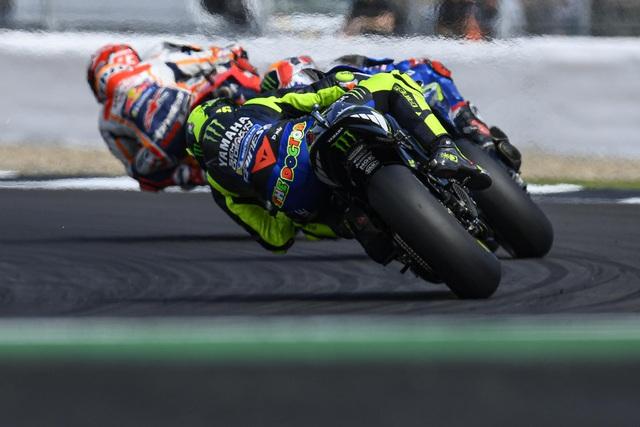 Chặng 12 MotoGP 2019: Rins thắng Marquez đầy cảm xúc ở góc cua cuối cùng - 10