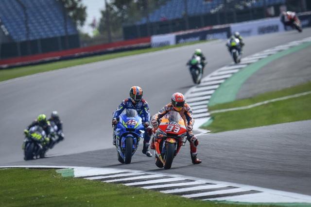Chặng 12 MotoGP 2019: Rins thắng Marquez đầy cảm xúc ở góc cua cuối cùng - 4