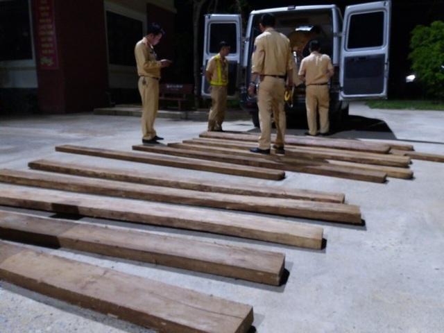 Bắt giữ xe ô tô vận chuyển 30 hộp gỗ lậu - 1