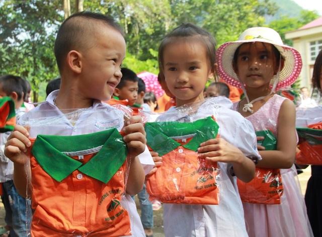 Gần 4.000 chiếc áo đồng phục tiếp sức học sinh vùng lũ đến trường - 4
