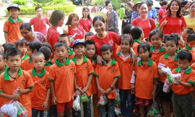 Gần 4.000 chiếc áo đồng phục tiếp sức học sinh vùng lũ đến trường - 5