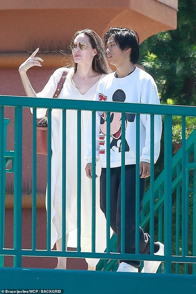 Angelina Jolie ra phố cùng Pax Thiên và Shiloh - 5