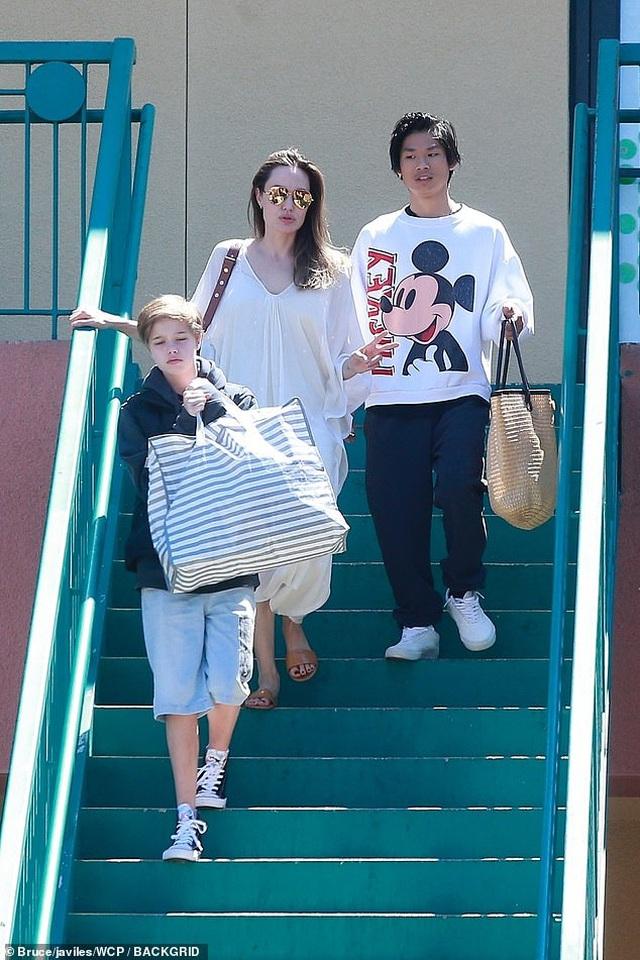 Angelina Jolie ra phố cùng Pax Thiên và Shiloh - 6