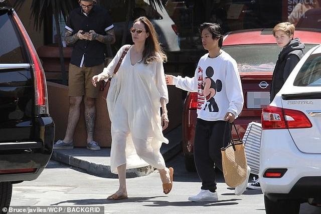 Angelina Jolie ra phố cùng Pax Thiên và Shiloh - 8