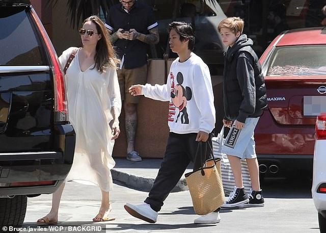Angelina Jolie ra phố cùng Pax Thiên và Shiloh - 3