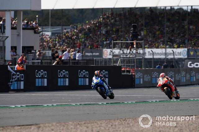Chặng 12 MotoGP 2019: Rins thắng Marquez đầy cảm xúc ở góc cua cuối cùng - 7
