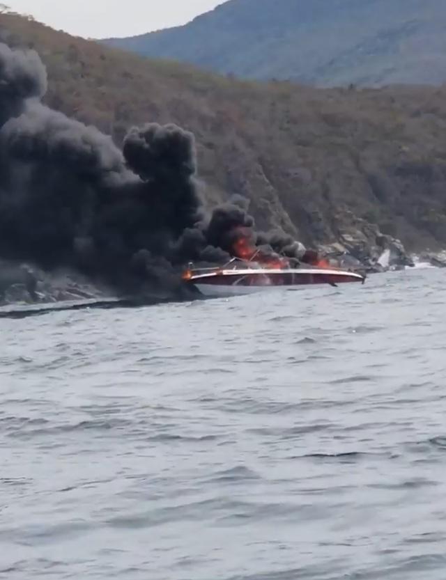Ca nô vừa đưa khách lên đảo thì bốc cháy ngùn ngụt, 2 người bị thương - 1