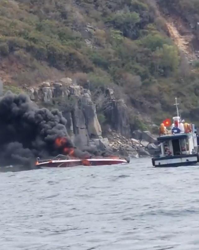 Ca nô vừa đưa khách lên đảo thì bốc cháy ngùn ngụt, 2 người bị thương - 2