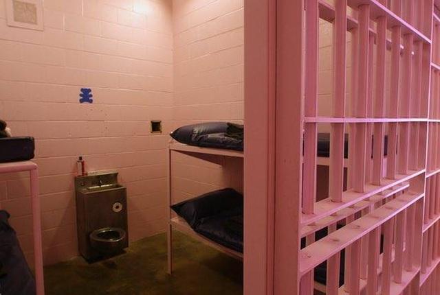 Nhà tù sơn màu hồng giúp tù nhân hạ hỏa, trở nên bớt hung hăng - 3