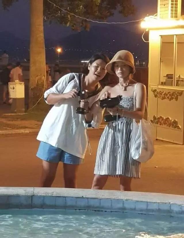 """Song Hye Kyo mặt """"mộc"""" đi du lịch cùng bạn tại Pháp - 4"""