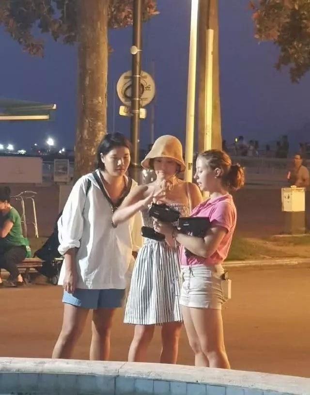 """Song Hye Kyo mặt """"mộc"""" đi du lịch cùng bạn tại Pháp - 2"""