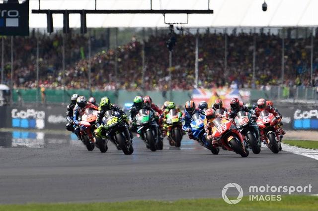 Chặng 12 MotoGP 2019: Rins thắng Marquez đầy cảm xúc ở góc cua cuối cùng - 1