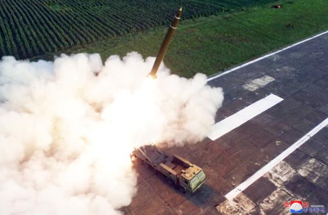 """Ông Kim Jong-un tươi cười thị sát vụ thử vũ khí """"khủng"""" của Triều Tiên - 11"""